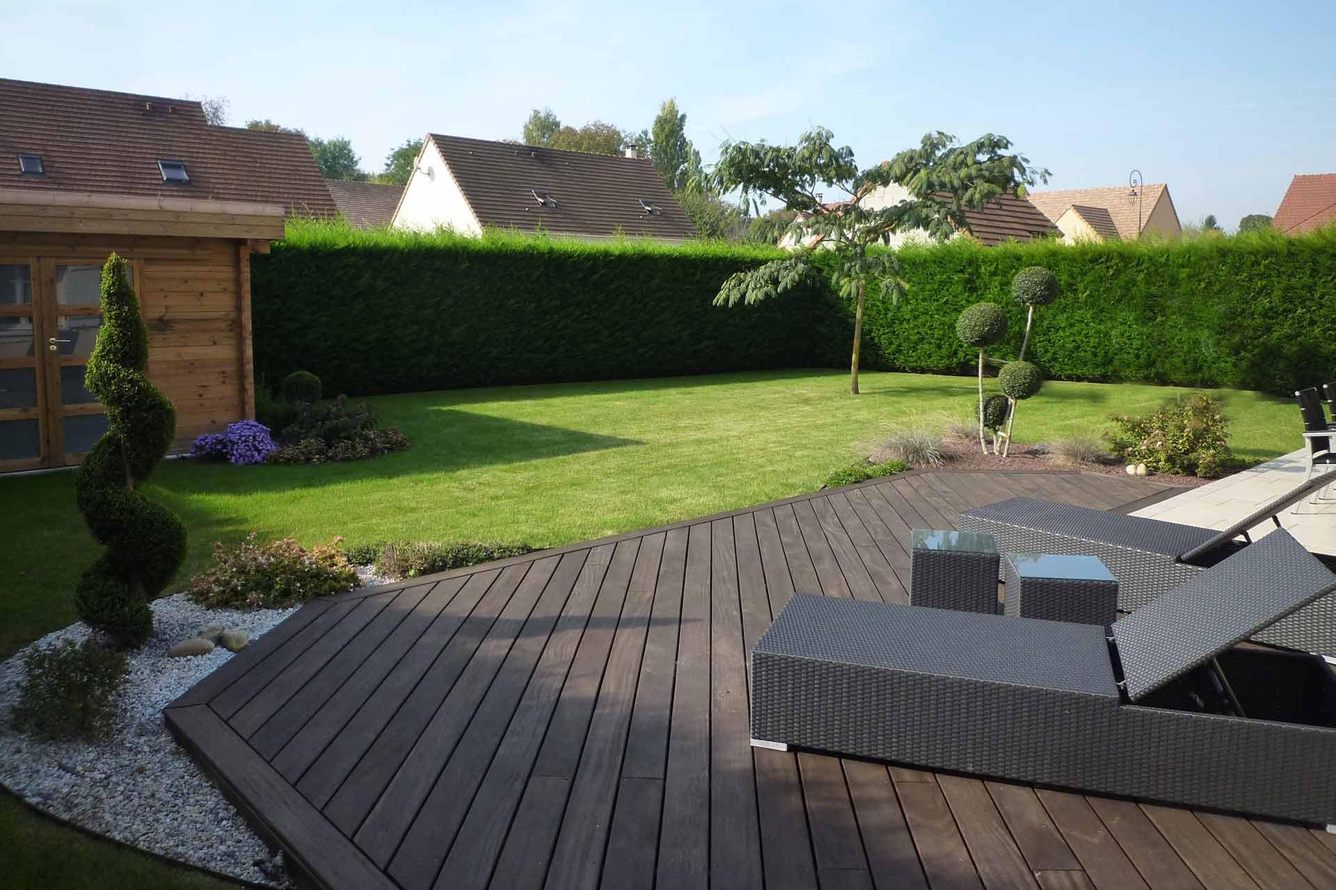 Serrault Jardins situé à la Ville aux Dames, vous propose la conception et la réalisation de terrasse.