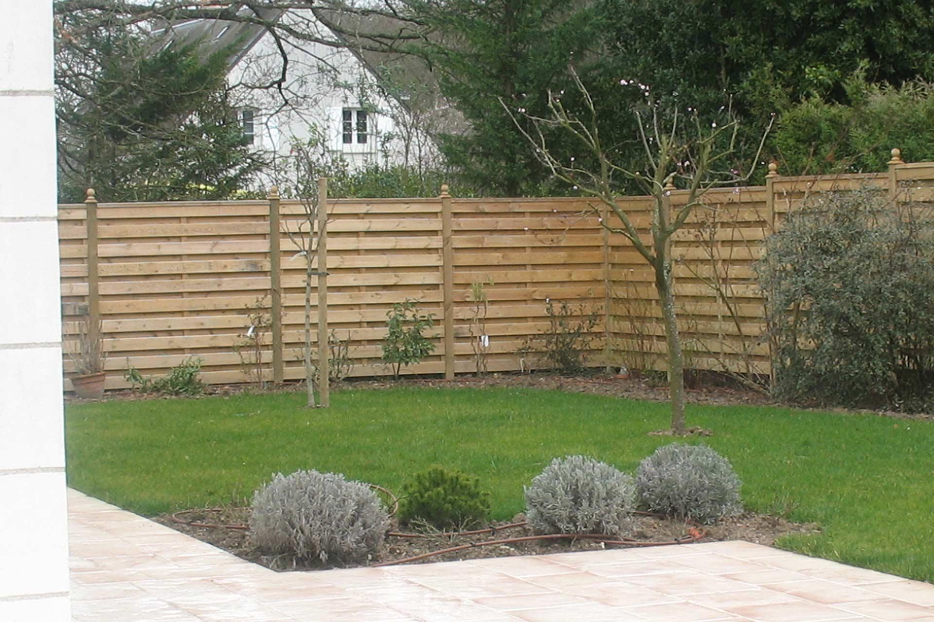 Serrault Jardins situé à la Ville aux Dames, vous propose des palissades en bois.