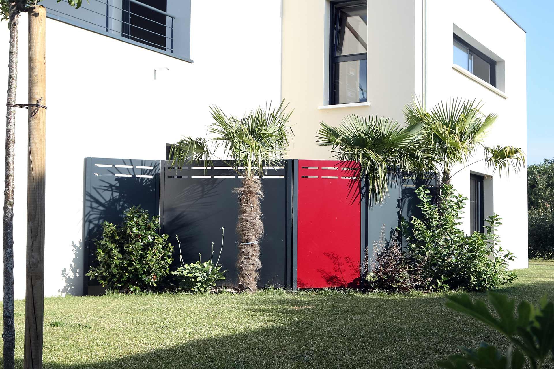 Serrault Jardins situé à la Ville aux Dames, vous propose une large gamme de portails, palissades, clôtures...