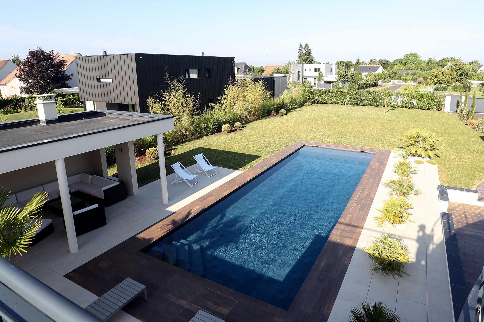 Serrault Jardins, aménage les abords de piscine.