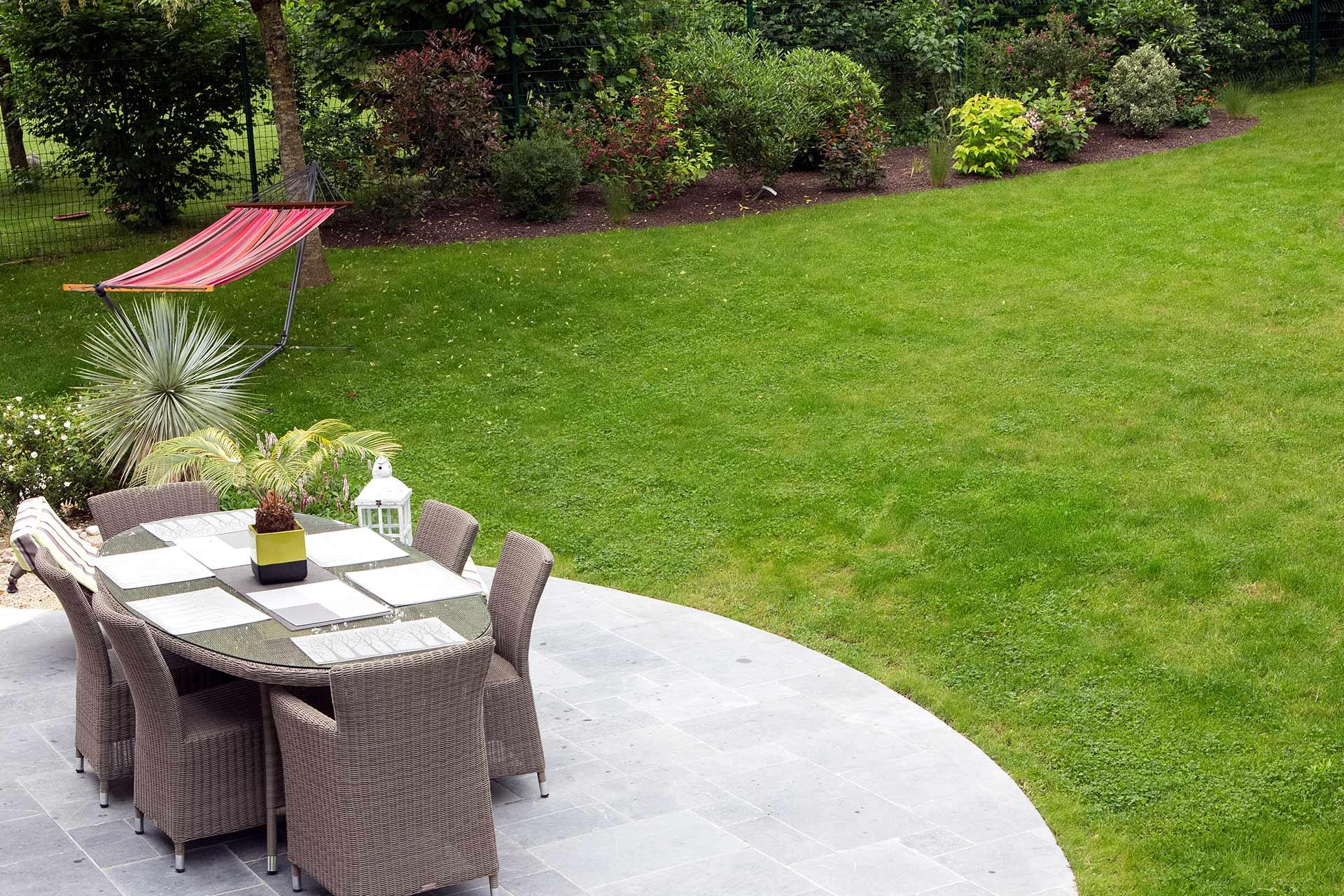 Situé à la Ville aux Dames, Serrault Jardins crée des jardins harmonieux et design.