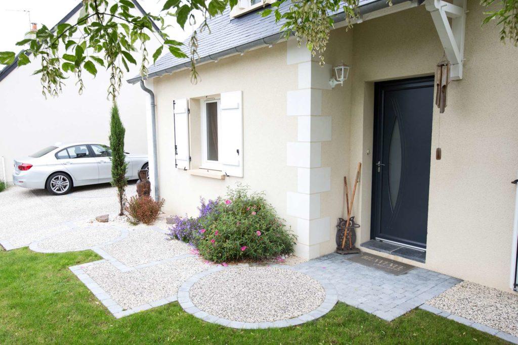 Aménagez votre entrée grace au savoir-faire du paysagiste Serrault Jardins à Tours.