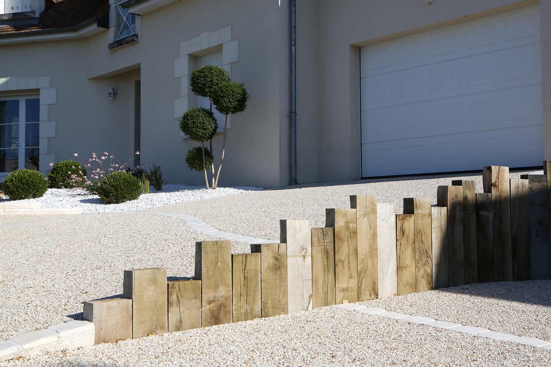 A la Ville aux Dames, votre paysagiste Serrault Jardins vous propose la conception des accès de garage.