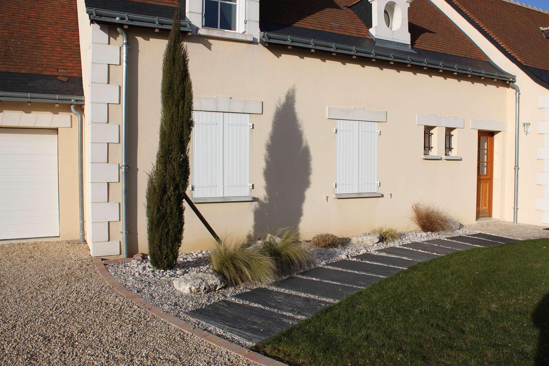 Serrault Jardins, conçoit votre entrée paysagée pour sublimer vos extérieurs.