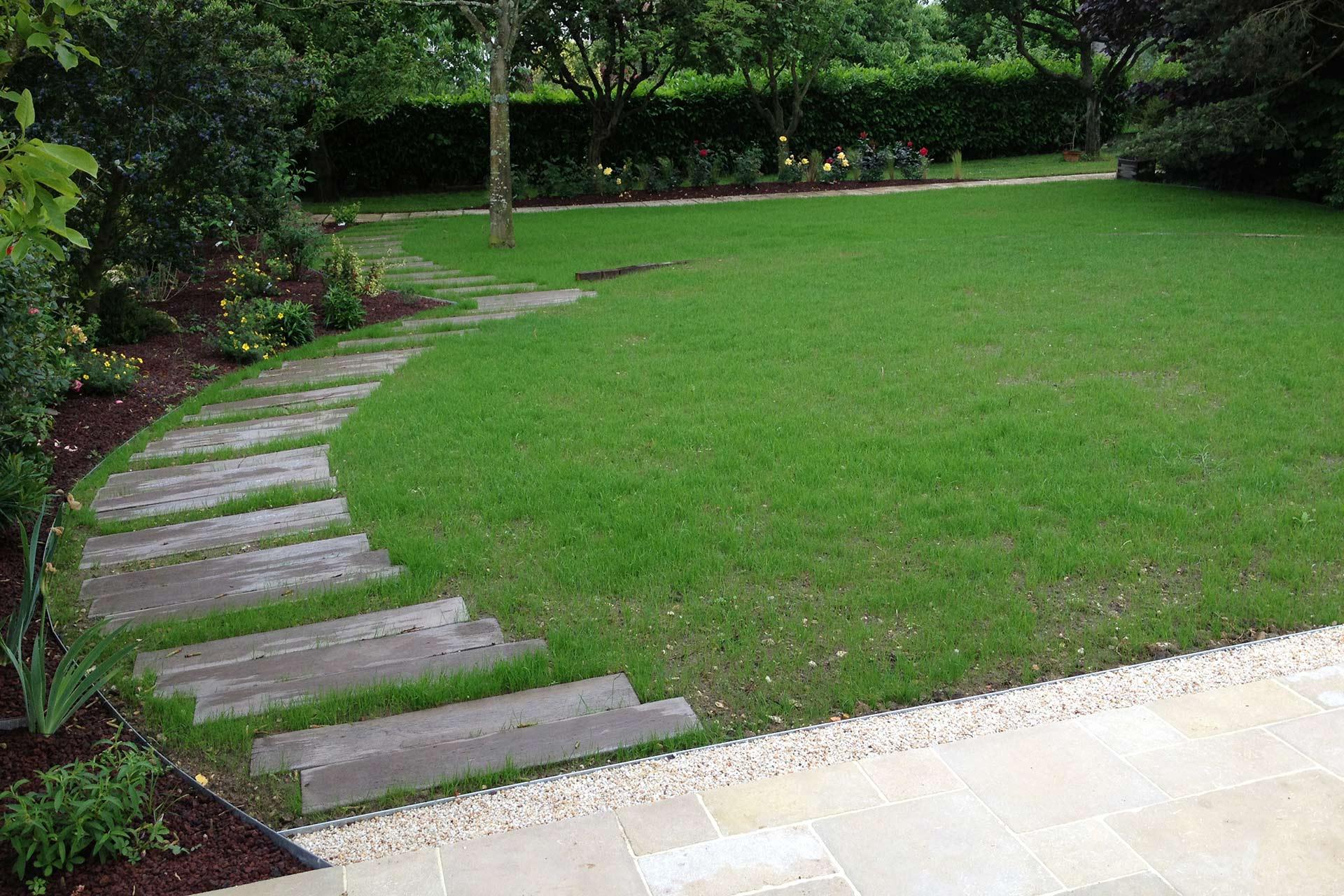 Serrault Jardins, paysagiste conçoit et réalise vos massifs et aménagements paysagers.