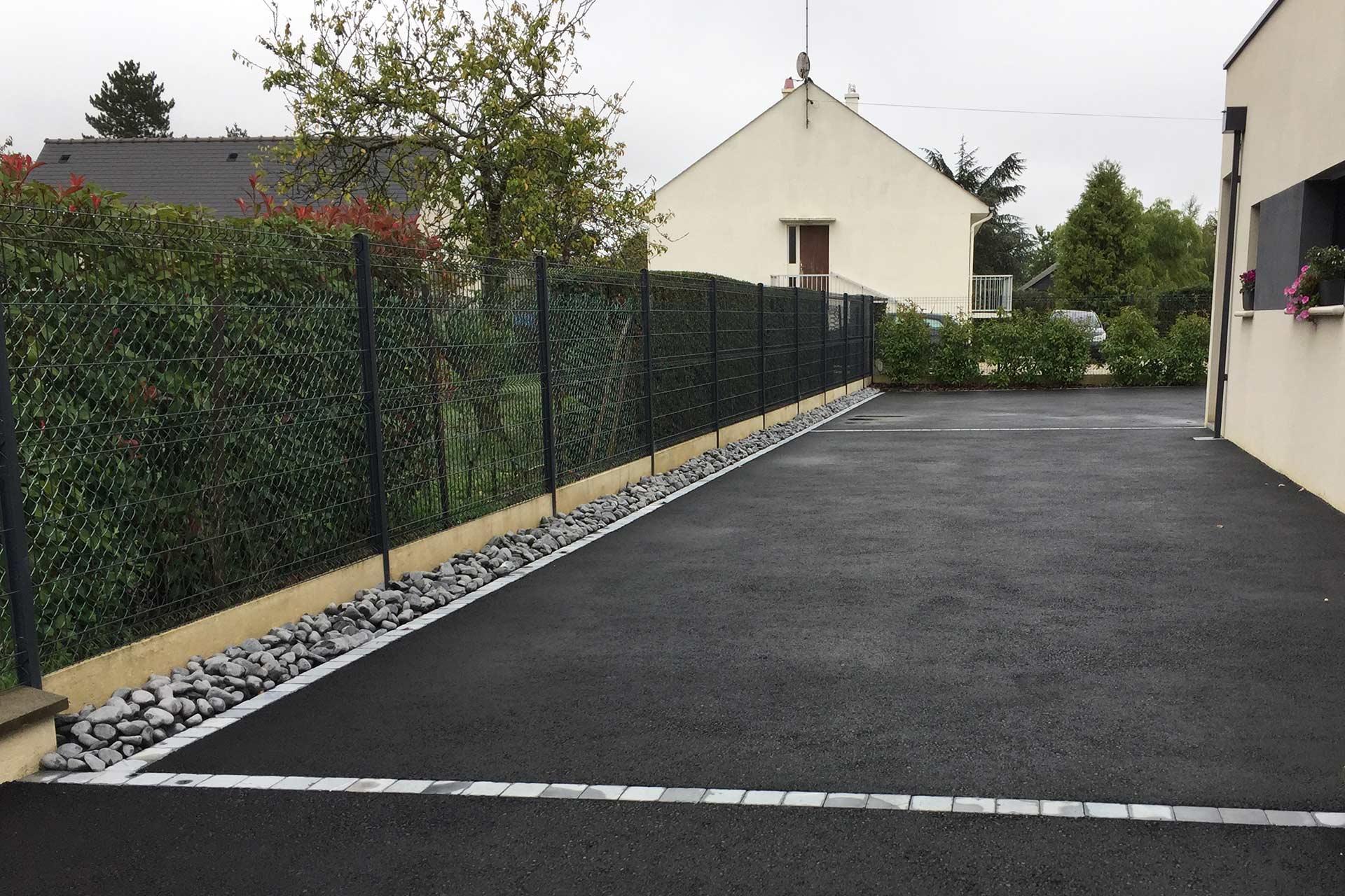 Serrault Jardins, réalise votre accès de garage en enrobé noir.