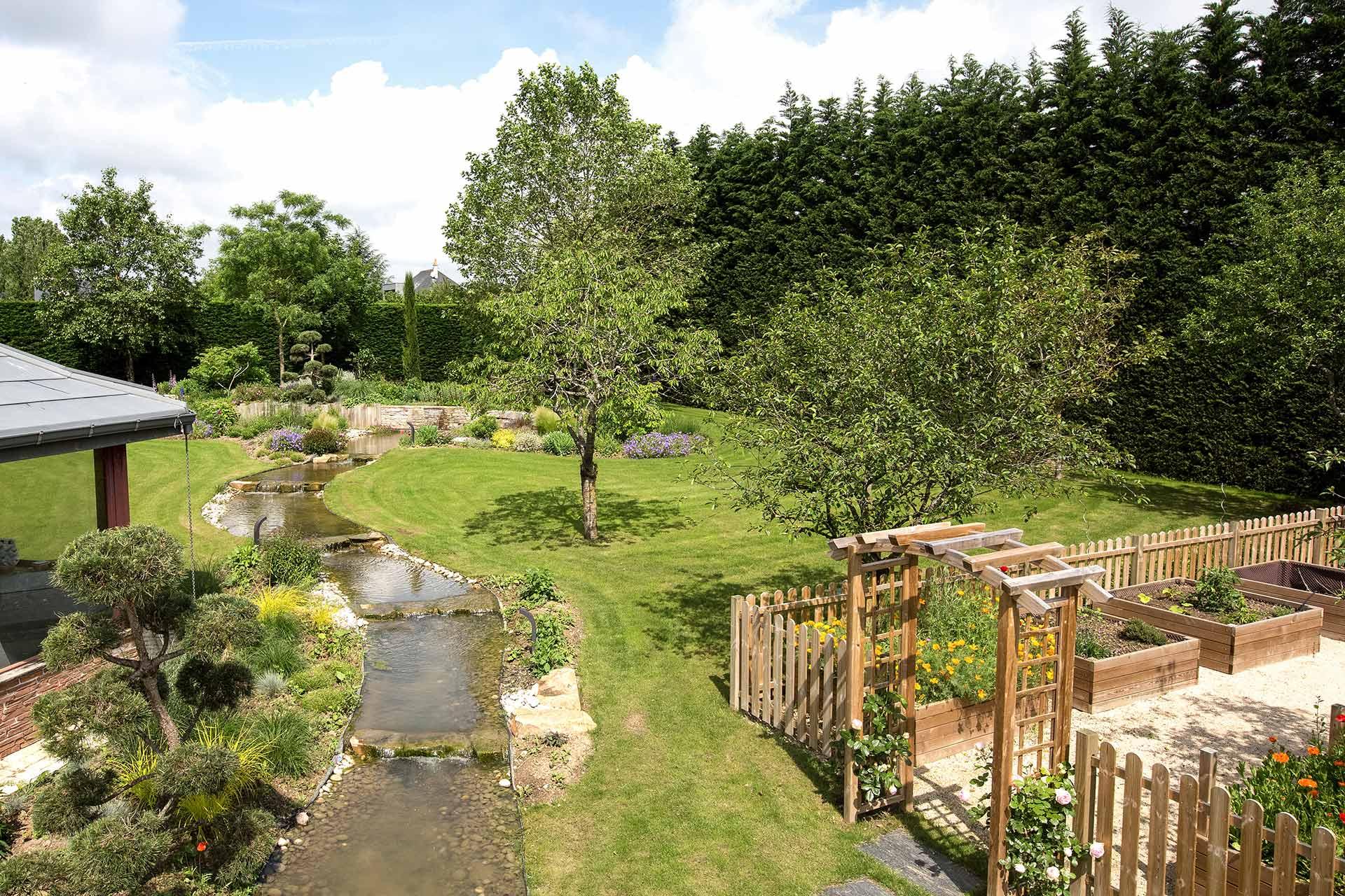 Massifs, plantation ou encore terrasses, nous réalisons toutes les prestations pour votre jardin.