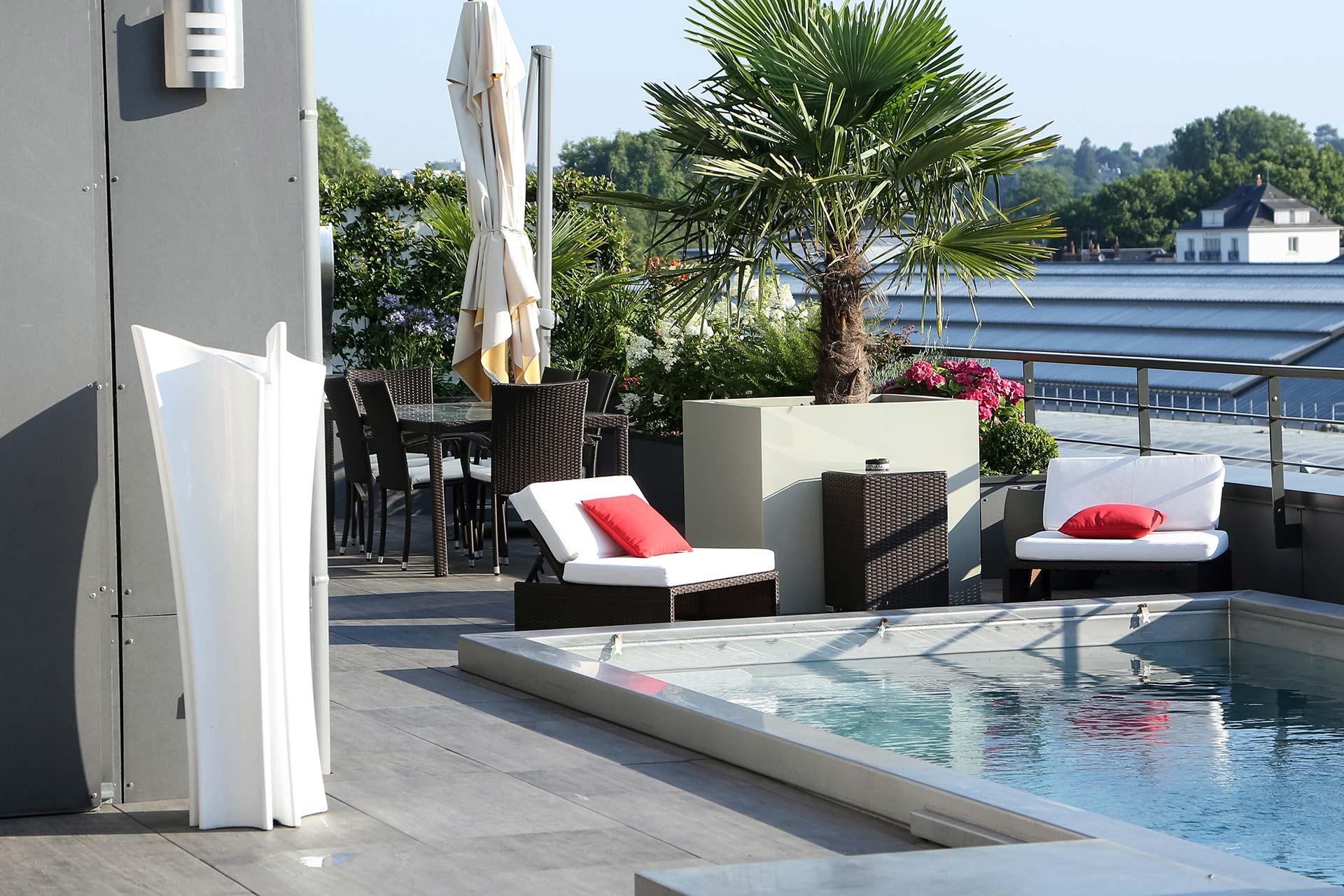 Entreprise du paysage, Serrault Jardins réalise des abords de piscine en imitation bois.