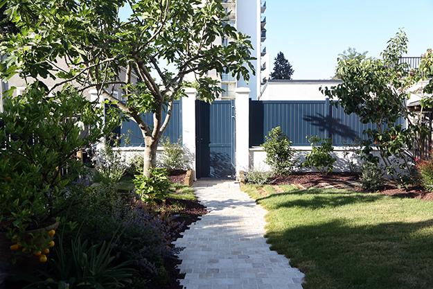 Serrault Jardins aménage vos extérieurs et vous propose un gamme de portails et clôtures.