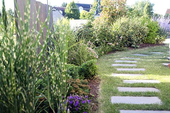 Découvrez votre paysagiste Serrault Jardins à la Ville aux Dames pour l'aménagement paysagser de votre jardin : plantation et pelouse.
