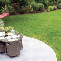 Paysagiste à la Ville aux Dames, Serrault Jardins vous propose la création de terrasses en travertin.