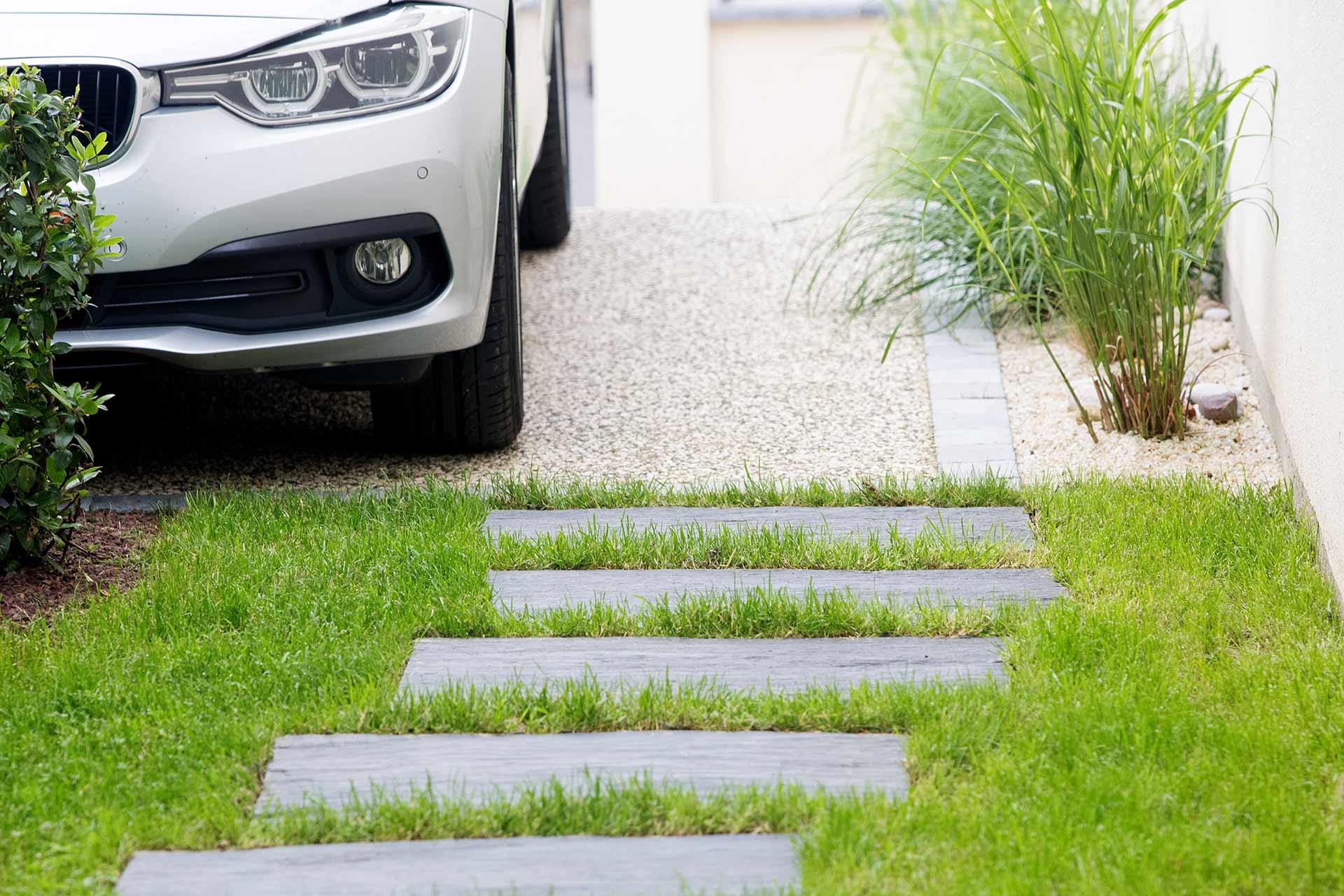 Paysagiste à la Ville aux Dames, Serrault Jardins vous propose des accès piétons en pavés de schistes.