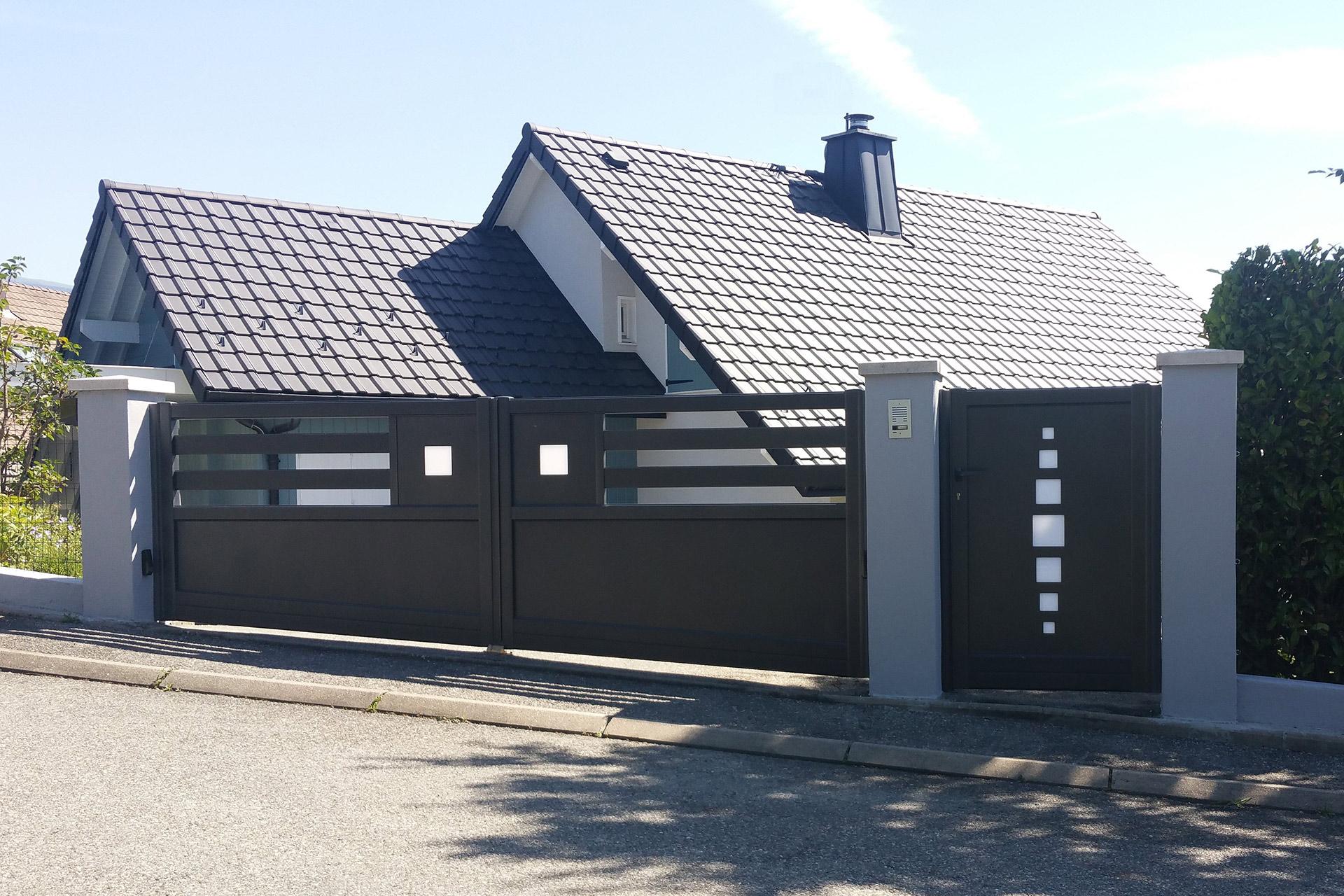 Portails, clôtures, venez découvrir une large gamme chez votre paysagiste Serrault Jardins.