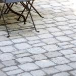 Serrault Jardins, située à la Ville aux Dames dans le 37, aménage votre terrasse en pavés.